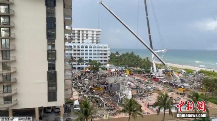 当地时间6月28日,在美国佛罗里达州迈阿密-戴德县高层公寓坍塌事故现场,共计寻获2具遇难者遗体,使得此次事件遇难人数上升到11人,另外仍有约150人下落不明。28日上午,迈阿密-戴德县县长达丹妮拉·莱雯·卡瓦在通报搜救情况时称,在前一夜整夜的搜索过程中,发现了一具遗体。当晚的通报中,卡瓦又表示,搜救人员再次发现一具遗体。据悉,目前仍有约150人下落不明,坍塌事故发生时,他们可能身在公寓中。