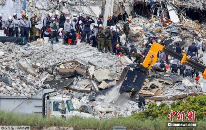 图为迈阿密公寓楼坍塌现场, 搜救仍在进行。