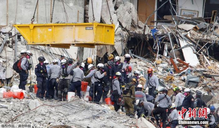 图为迈阿密公寓楼坍塌现场。