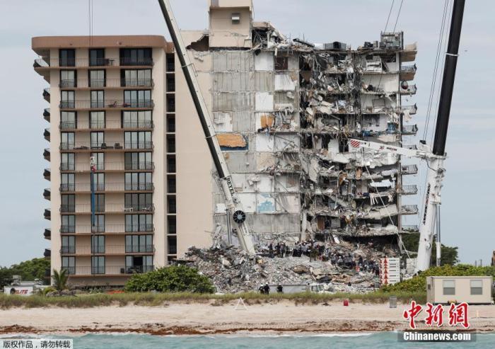 当地时间6月29日,美国佛罗里达州迈阿密-戴德县县长卡瓦表示,迈阿密公寓倒塌事故造成的遇难人数已升至12人,仍有149人下落不明,救援工作持续进行。当地时间24日,当地一高层公寓楼突然发生坍塌事故。卡瓦称,由于信息重复等原因,失踪人员的审计工作面临一定困难。图为迈阿密公寓楼坍塌现场, 搜救仍在进行。