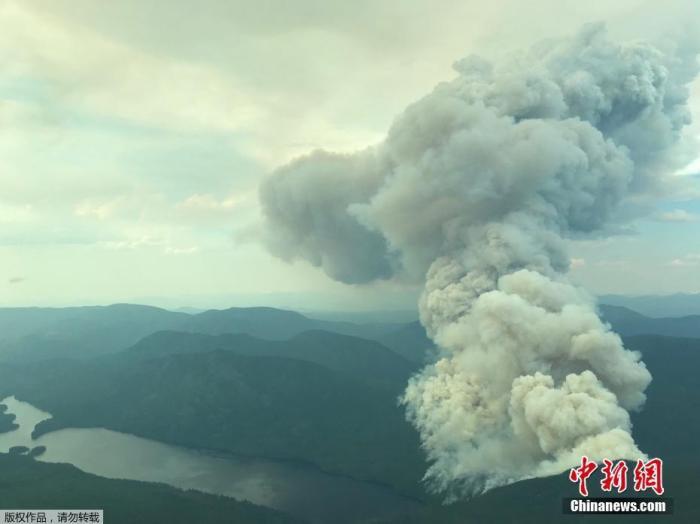 """近日,因罕见的""""高温穹顶""""现象,加拿大西部和美国西北地区近日遭遇炼狱式的高温灾难。加拿大不列颠哥伦比亚省一周内连续三天刷新全国最高温度纪录。图为加拿大不列颠哥伦比亚省发生野火,升起滚滚浓烟。"""