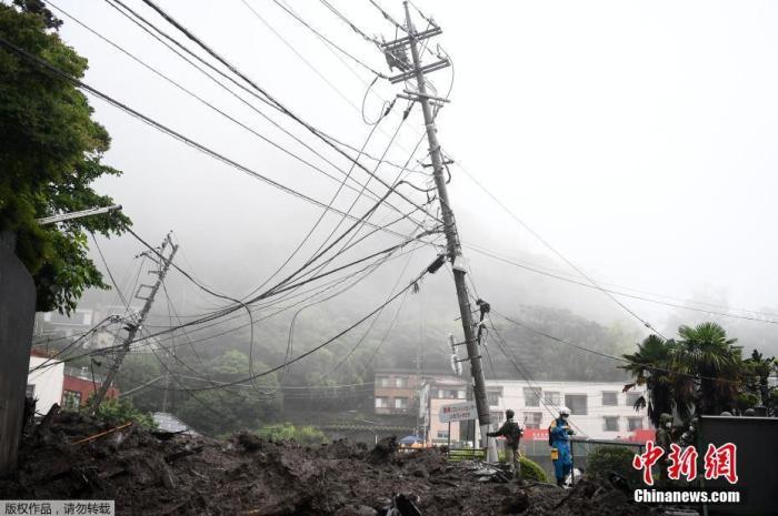当地时间7月3日,日本静冈县热海市,街头电线杆遭泥石流冲毁。