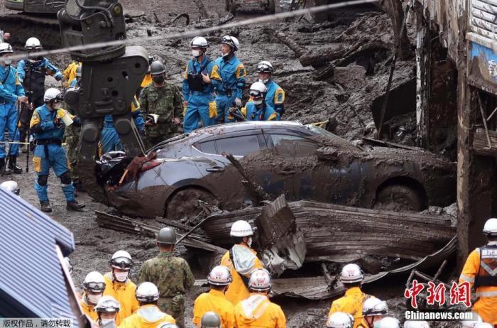 当地时间7月5日,日本静冈县热海市泥石流救援现场,淤泥中拖出受困的汽车。