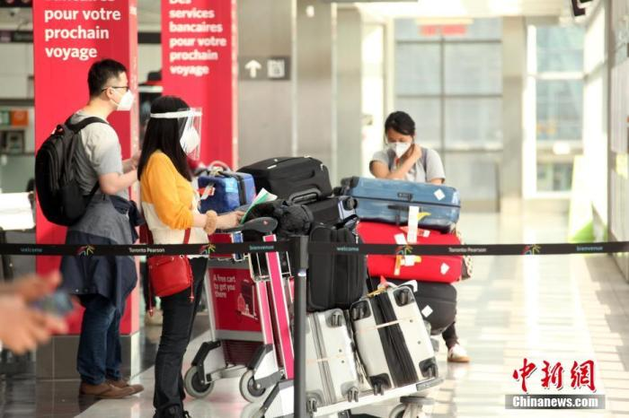 当地时间7月5日,加拿大多伦多皮尔逊国际机场,刚入境的旅客在机场轻轨站候车。加拿大从当日起实施放宽入境限令的首阶段措施,入境旅客若已充分接种加官方认可的新冠疫苗,可免于隔离及入境第8天的病毒检测。 /p中新社记者 余瑞冬 摄
