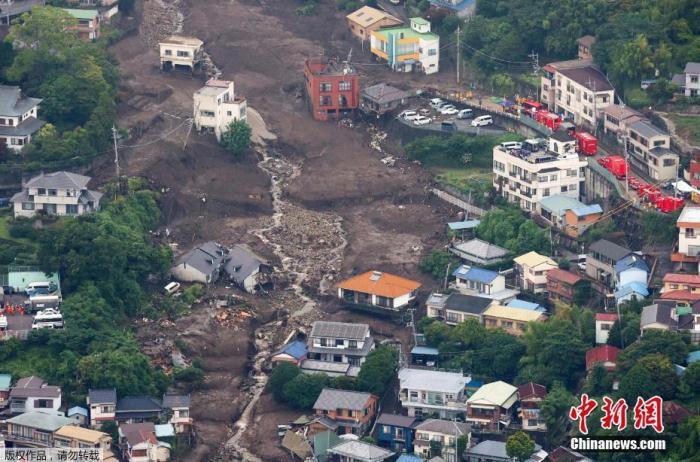 资料图:当地时间7月5日,航拍日本静冈县热海市泥石流救援现场。