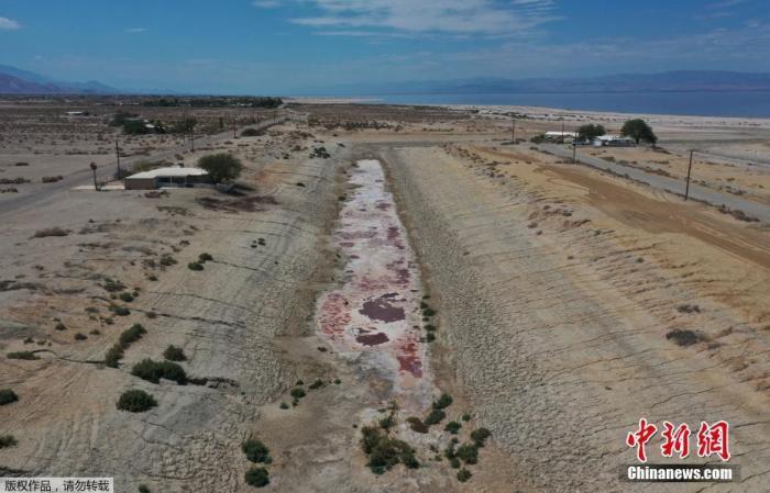 近日,美国西部多地干旱持续,加利福利亚州面临自 1977 年以来最严重的干旱。图为加州索尔顿市的一条运河几乎被炙烤到干涸,河床上仅余一些有毒残留物。