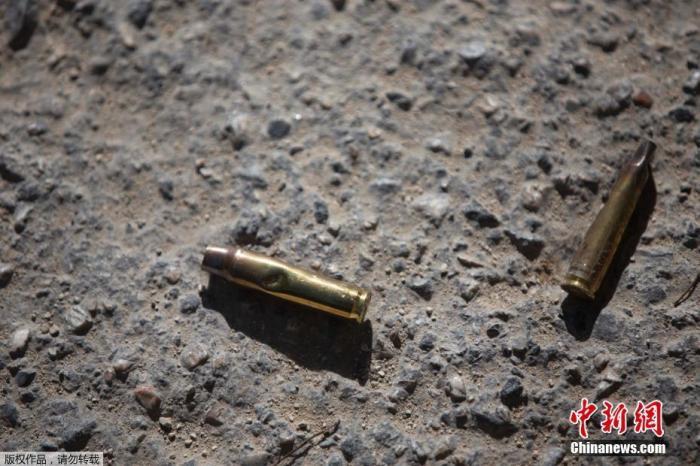 """当地时间7日凌晨1时,莫伊兹在家中被一群身份不明、""""说西班牙语和英语""""的武装分子袭击并杀害。图为在海地总统居所外发现的弹壳。"""