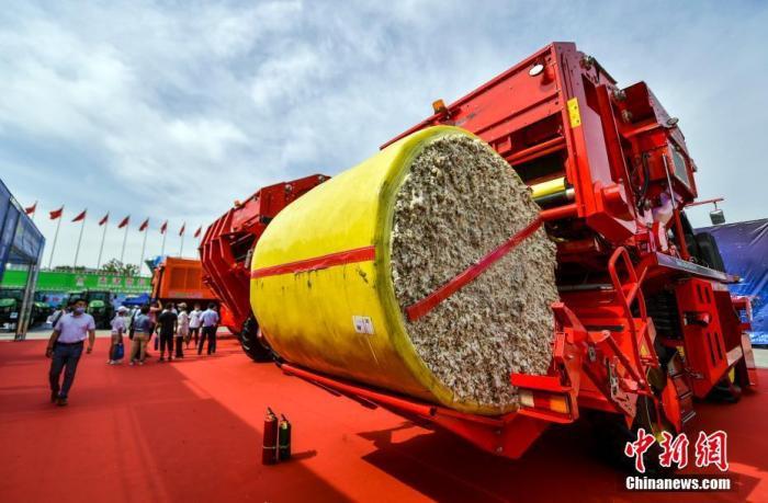 7月11日,2021新疆农业机械博览会(新疆农机展)在位于乌鲁木齐市红光山的新疆国际会展中心开幕。新疆作为中国重要的棉花主产区之一,多家企业携最新款采棉机前来参展,棉花全程机械化展区成为本届农机展竞争最为激烈的擂台区。 <a target='_blank' href='http://www.chinanews.com/'>中新社</a>记者 刘新 摄