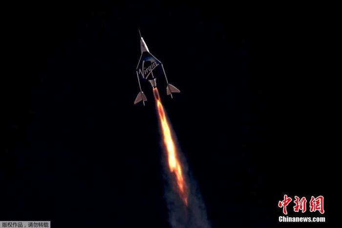 """当地时间7月11日,英国维珍银河公司创始人理查德·布兰森搭乘自家太空船上太空一游后,平安返回地球,并称这次飞行是""""毕生难忘的经历""""。图为太空船升空。"""