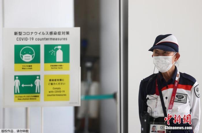 资料图:日本东京,奥运会主新闻中心门口的防疫指示图示。