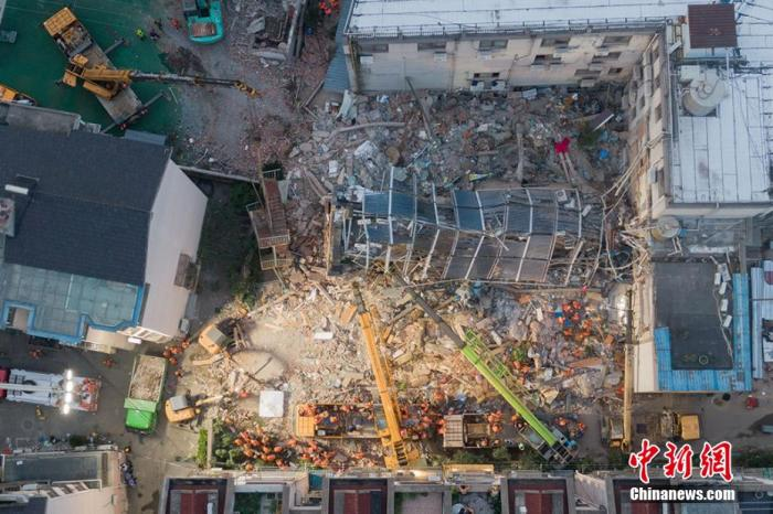 资料图:苏州吴江区四季开源酒店辅房坍塌事故现场。 泱波 摄