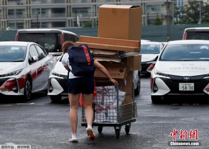 资料图:7月13日,日本东京奥运会运动员村正式开村,迎接来自世界各地的运动员入住。图为一名英国队的工作人员在运送设备。