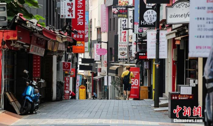 当地时间2021年7月12日,韩国首尔,当天起韩国首都圈实施最高防疫响应级别的第四级,首尔明洞街头萧条冷清、顾客稀少。 图片来源:视觉中国