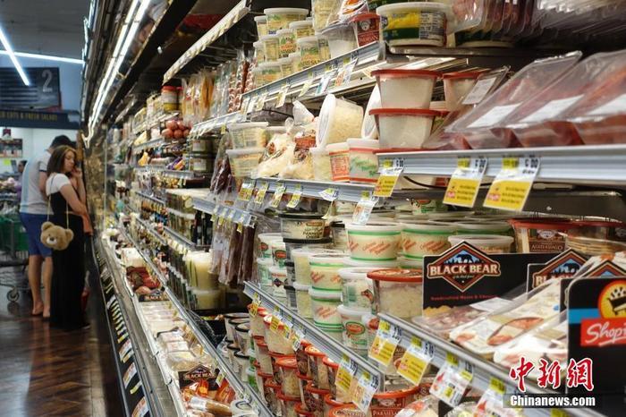 资料图:当地时间7月13日,纽约市一家超市内顾客正在挑选商品。当日,美国劳工部公布的数据显示,6月份美国消费者价格指数(CPI)同比增长5.4%,剔除波动较大的食品和能源价格后的核心CPI同比涨幅达4.5%,是1991年11月以来最大同比涨幅。 <a target='_blank' href='http://www.chinanews.com/'>中新社</a>记者 王帆 摄