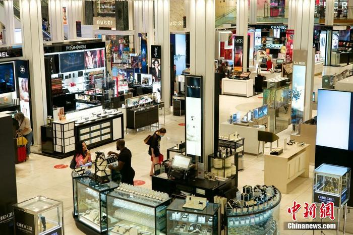 资料图:当地时间7月13日,纽约曼哈顿梅西百货,一名顾客向店员询问商品。 <a target='_blank' href='http://www.chinanews.com/'>中新社</a>记者 王帆 摄
