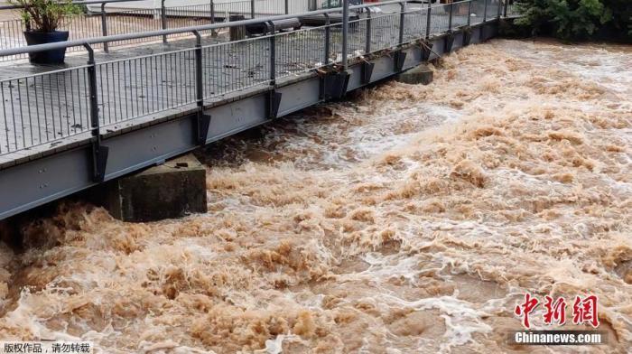 当地时间7月15日,德国Kyllburg暴雨过后,一条河流水位暴涨。
