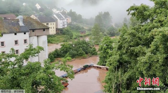 本地时候7月15日,德国Kyllburg暴雨事后,大水众多。