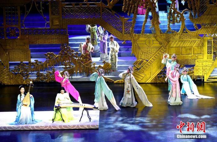 图为开幕式现场文艺表演。 中新社记者 王东明 摄