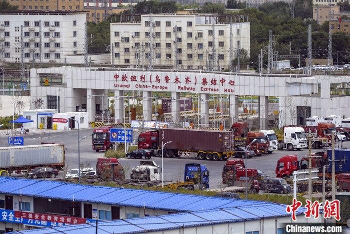 图为7月14日,中欧班列(乌鲁木齐)集结中心一派繁忙景象。 中新社记者 刘新 摄