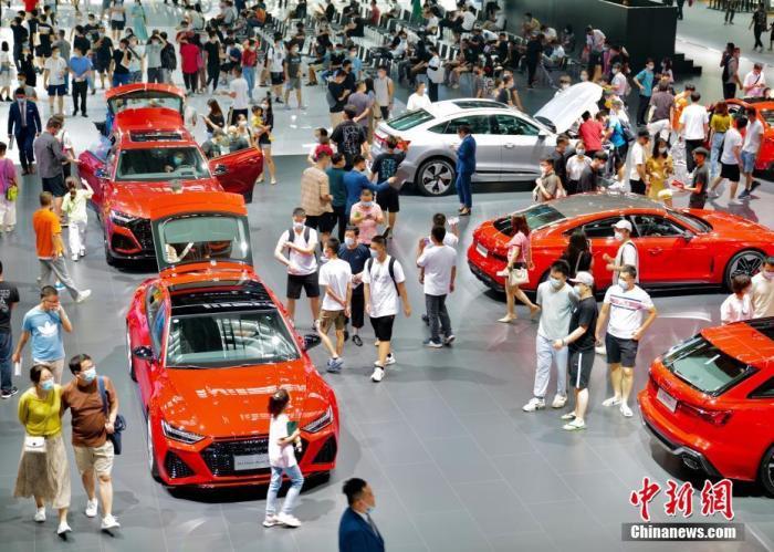 资料图:市民参观车展。 <a target='_blank' href='http://www.chinanews.com/'>中新社</a>记者 陈文 摄