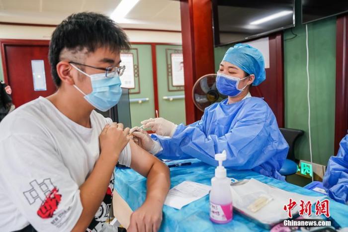 资料图:青少年接种新冠疫苗。 陈冠言 摄