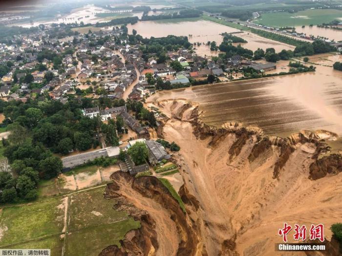 当地时间7月16日,德国Erftstadt-Blessem,航拍洪水侵袭过后的城镇。近日来,欧洲多地持续暴雨引发洪涝灾害,冲毁大量房屋和道路,造成通信中断。