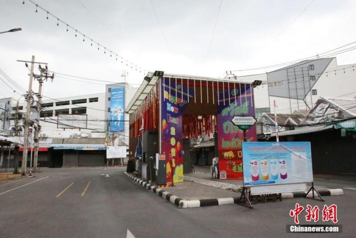 当地时间7月17日,泰国乃至东南亚最大的周末市场曼谷乍都乍周末市场关闭。曼谷市政府称,为防控疫情传播,该市场将暂时关闭至7月29日。当天,泰国通报新增新冠肺炎确诊病例10082例,系单日确诊病例首次突破1万例;新增死亡病例141例,也创下单日死亡病例新高。 /p中新社记者 王国安 摄