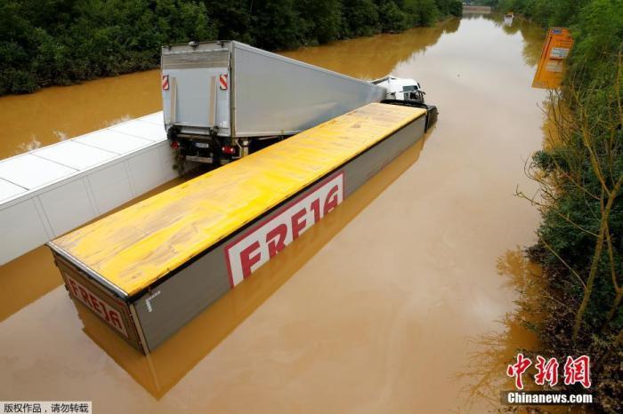 当地时间7月16日,德国Erftstadt,大雨过后,卡车困在被洪水淹没的街道上。
