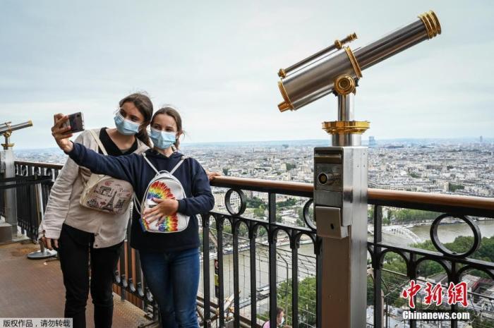 当地时间7月16日,法国巴黎,时隔近9个月后,埃菲尔铁塔重新向公众和游客开放。因为对于新冠疫情的防控,巴黎的标志性建筑自2020年10月30日起关闭,这是自二战以来关闭时间最长的一次。