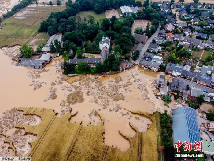 当地时间7月17日,德国一座城堡被洪水冲毁,由于强降雨,小埃尔福特河越过了河岸,对附近建筑造成了巨大的破坏。德国和比利时近日遭遇了灾难性的洪水侵袭,已造成超过170人死亡。