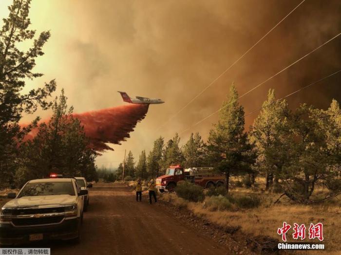 美国俄勒冈州山火肆虐,图为消防员喷洒阻燃剂。