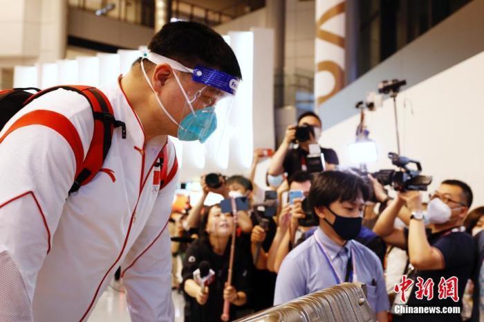 7月19日,参加东京奥运会的中国女篮运动员与教练团队抵达东京成田机场。图为姚明抵达成田机场。 <a target='_blank' href='http://www.chinanews.com/'>中新社</a>记者 韩海丹 摄