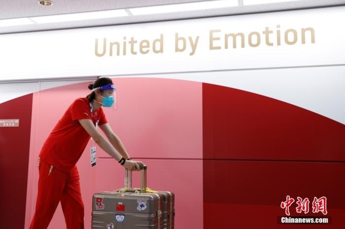 7月19日,参加东京奥运会的中国女排队员抵达东京成田机场。图为朱婷抵达东京。 中新社记者 韩海丹 摄
