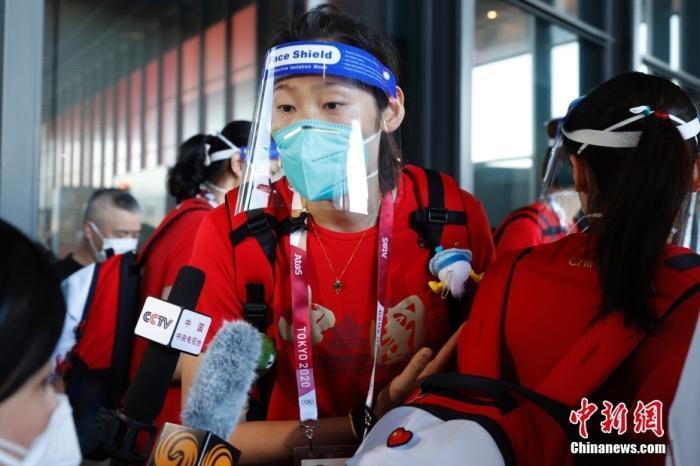 7月19日,参加东京奥运会的中国女排队员抵达东京成田机场。图为朱婷接受媒体采访。 <a target='_blank' href='http://sb138gw.nsb848.com/'>中新社</a>记者 韩海丹 摄