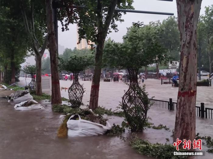资料图:强降雨导致街道积水。中新社记者 阚力 摄