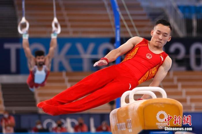 当地时间7月21日,东京奥运会开幕在即,各国运动员在位于东京的有明体操体育馆进行适应场地训练。图为中国选手肖若腾在训练中。 中新社记者 富田 摄