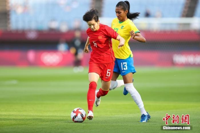 北京时间7月21日下午,2020东京奥运会女足比赛展开对决。中国女足在宫城体育场迎战巴西女足,这也是中国代表团在本届赛事的首次亮相。最终,中国女足0-5大比分不敌巴西,无缘东京奥运会开门红。图为比赛现场。 图片来源:视觉中国