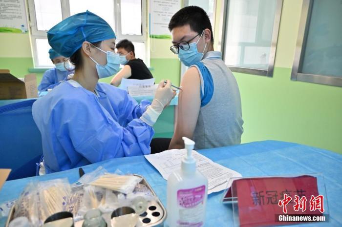 7月21日,呼和浩特市一社区卫生中心内,一名中学生接种新冠病毒疫苗。刘文华 摄