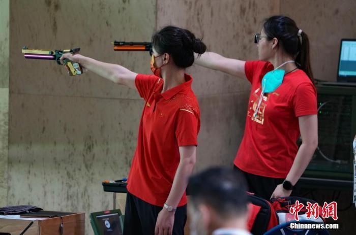 7月21日,日本東京奧運會射擊館,中國射擊隊運動員在進行賽前訓練。 a target='_blank' href='http://www.chinanews.com/'中新社/a記者 杜洋 攝