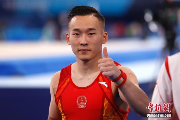 当地时间7月21日,东京奥运会开幕在即,各国运动员在位于东京的有明体操体育馆进行适应场地训练。图为中国选手肖若腾对着镜头竖起大拇指。 <a target='_blank' href='http://www.chinanews.com/'>中新社</a>记者 富田 摄