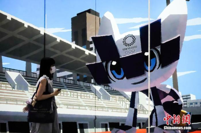 資料圖:日本東京街頭張貼巨型奧運吉祥物宣傳畫。圖片來源:Sipaphoto版權作品