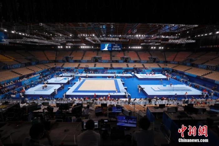 资料图:当地时间7月21日,东京奥运会开幕在即,各国运动员在位于东京的有明体操体育馆进行适应场地训练。 /p中新社记者 富田 摄