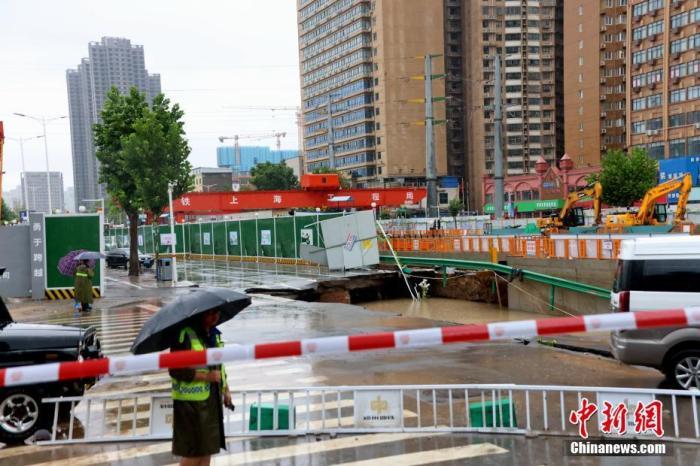 2021年7月21日,暴雨致郑州城区大学南路道路塌方,交通阻断。 中新社发 王中举 摄 图片来源:CNSPHOTO