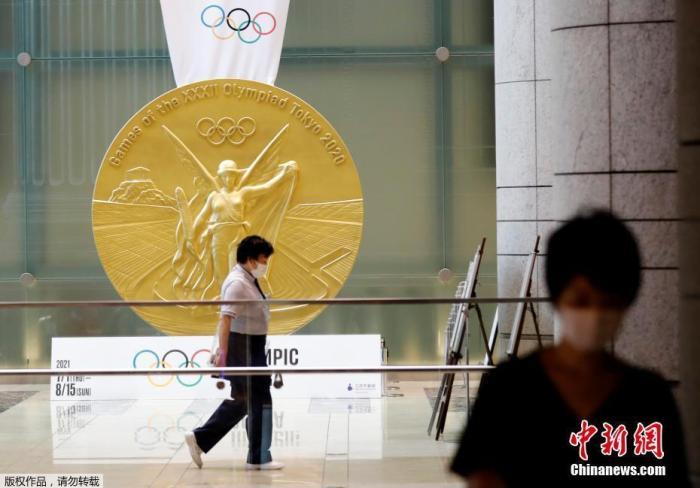 """日本桥三井大厦内挂起了一枚巨大的""""奥运金牌"""",为东京奥运会奖牌的大型复制品。"""