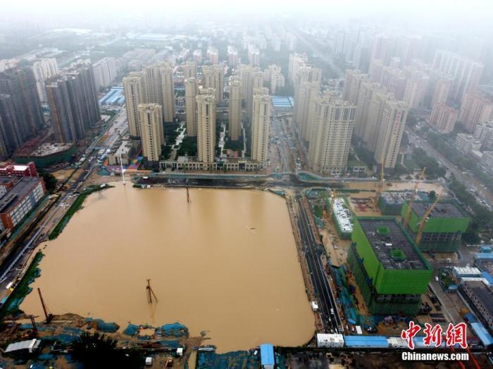 2021年7月21日,暴雨导致城区积水严重。 <a target='_blank' href='http://www.chinanews.com/'>中新社</a>发 王中举 摄 图片来源:CNSPHOTO