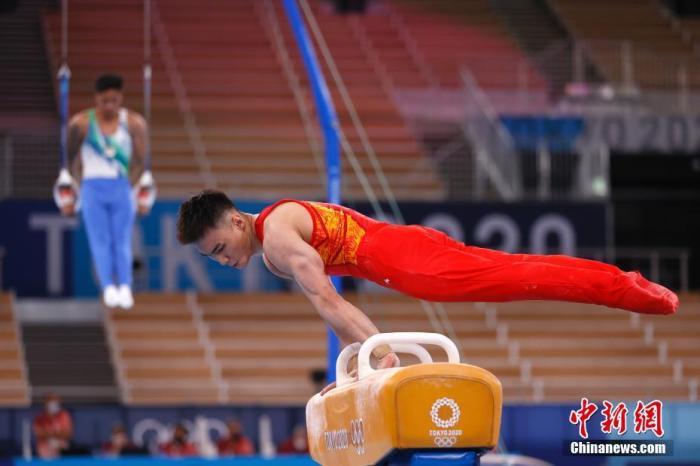 当地时间7月21日,各国运动员在位于东京的有明体操体育馆进行适应场地训练。图为中国选手孙炜在训练中。 <a target='_blank' href='http://www.chinanews.com/'>中新社</a>记者 富田 摄