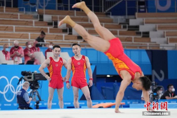 当地时间7月21日,各国运动员在位于东京的有明体操体育馆进行适应场地训练。图为中国选手进行训练。 <a target='_blank' href='http://www.chinanews.com/'>中新社</a>记者 韩海丹 摄