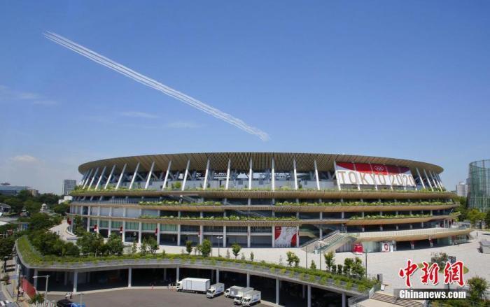 当地时间2021年7月21日,日本东京,日本蓝色脉冲飞行表演队进行表演,为东京奥运会做准备,吸引不少民众观看。 澳门葡京平台来源:视觉中国