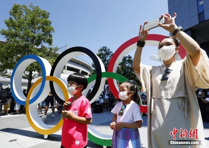 资料图:当地时间2021年7月21日,日本东京,日本蓝色脉冲飞行表演队进行表演,为东京奥运会做准备,吸引不少民众观看。 图片来源:视觉中国