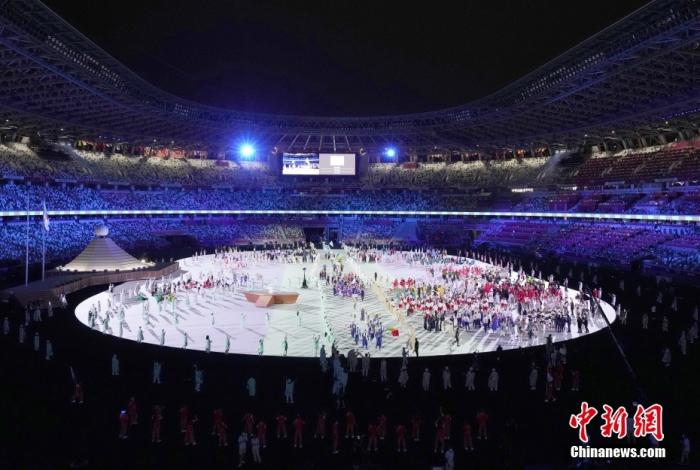 7月23日,第32届夏季奥林匹克运动会开幕式在日本东京新国立竞技场举行。图为各体育代表团入场。 <a target='_blank' href='http://www.chinanews.com/'>中新社</a>记者 韩海丹 摄